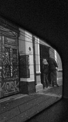 – Vi prøver bare å beskrive hva vi ser i leilighetene, så er det opp til UDI å fatte vedtak om opphold eller ikke, forteller politibetjent Fredrik Strøm. (Foto: Webjørn S. Espeland, NRK)