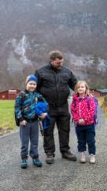 Bjørn Kjetil Frafjord sammen med sine barn Kristoffer (8) og Celin (6). (Foto: Lars Erik Andreassen, NRK)