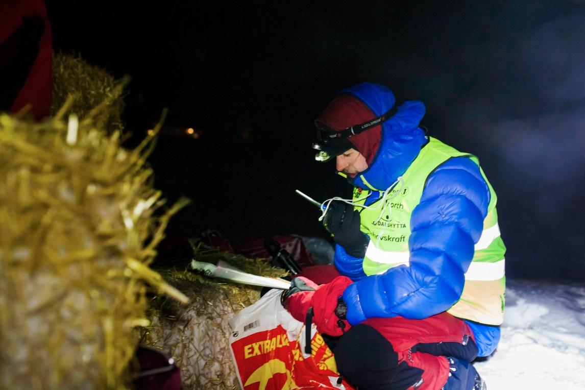 Frivillig Morten Tobias Rostille rapporterer at en ny kjører har ankommet sjekkpunkt Levajok. I posen har han hjemmebakte sjokoladekjeks, som de slitne kjørerne får når de kommer.