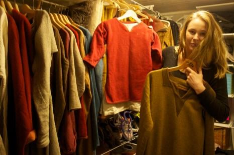 I kjelleren har Ingrid og Rickard bygd et Viking walk-in-closet. Alt av klær er håndsydd, håndvevd og farget med planter. (Foto: Kristin Evensen Giæver, NRK)