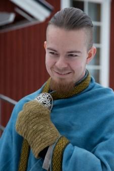 """Gøran Hálfdanarson Ellingsen er klar for «Viking winter games». Kappespenna er i den såkalte Ringerike-stilen i utførelsen, """"Hringariki"""" på norrønt. Den er basert på et funn fra Gotland fra 1000-tallet. (Foto: Kristin Evensen Giæver, NRK)"""