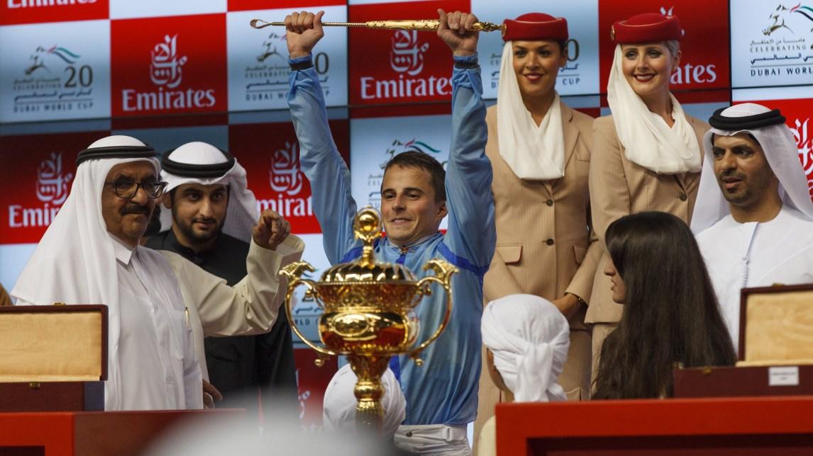 Den norske jockeyen William Buick (26) og hesten Prince Bishop vinner overraskende på Meydan stadion i Dubai. (Foto: Matias Nordahl Carlsen, NRK)