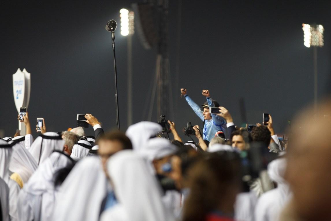 Stor stemning blant småsjeikene når Dubai og Norge overraskende vinner «Verdens rikeste løp». (Foto: Matias Nordahl Carlsen, NRK)