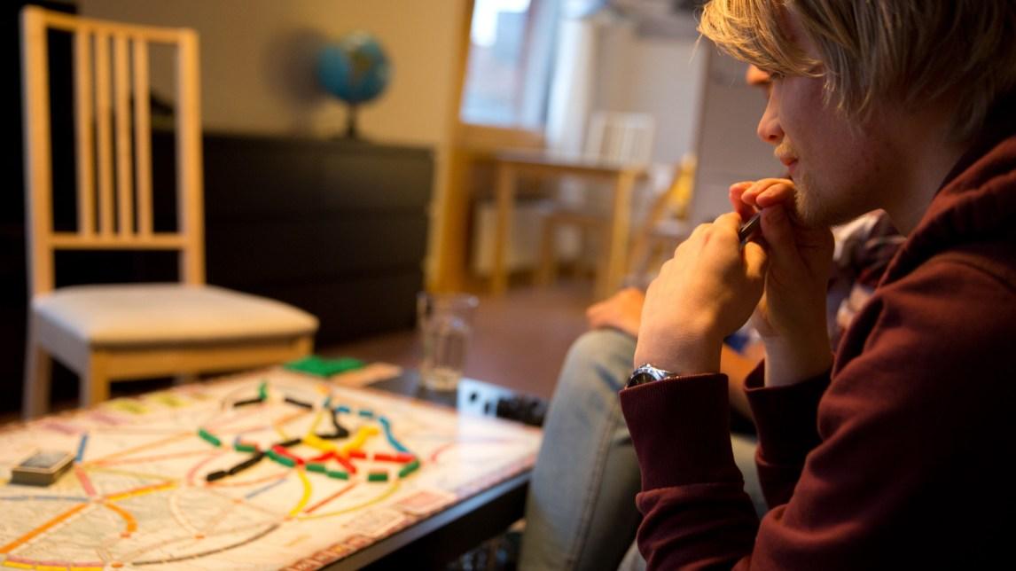 Da han var atten ble Hogne Jørgensen (22) norgesmester i akkurat dette spillet: Ticket to ride. (Foto: Anne Dorte Lunås, NRK)