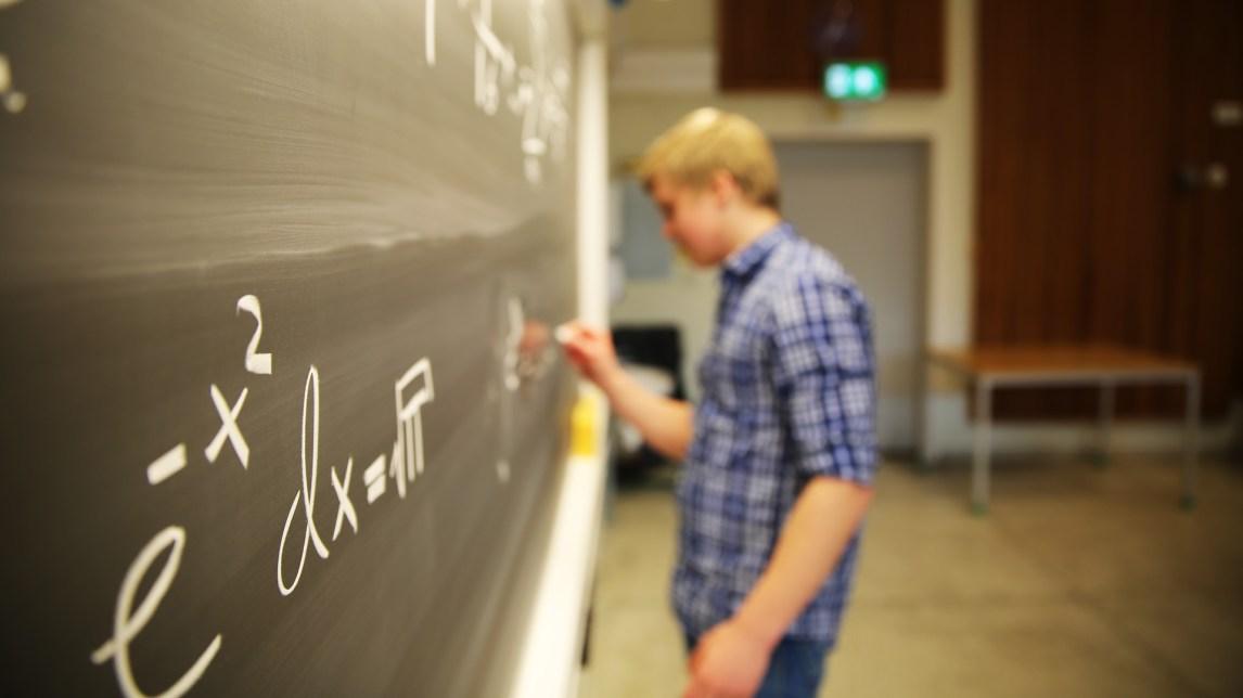 Matematikk og fysikk er det mest spennende Eirik Holm Fyhn (19) vet. (Foto: Anne Dorte Lunås, NRK)