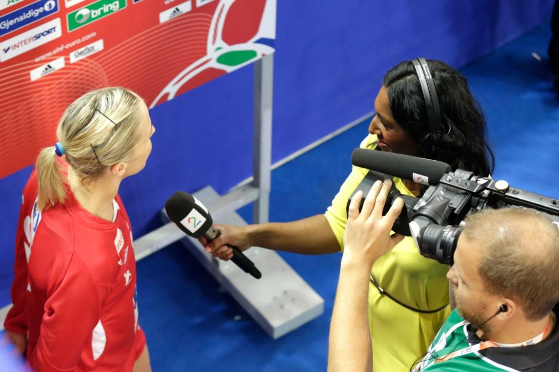 Siri intervjuer Heidi Løke etter kampen mot Spania under håndball-EM 2014 i Ungarn. (Foto: Vidar Ruud / NTB scanpix)
