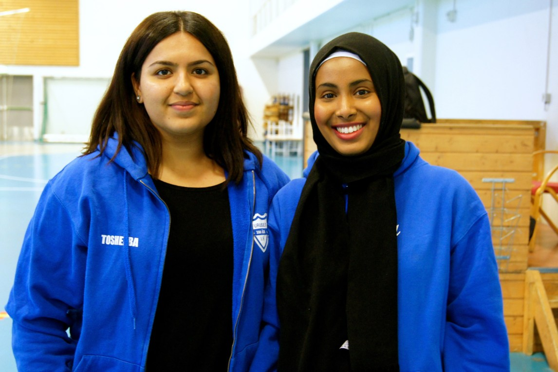 Tosheeba Rasool (18) og Yusra Hasan (18) er frivillige instruktører for «Stolte Jenter». (Foto: Camilla Hellum)