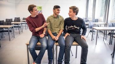 Erlend, Mohsen og Fredrik pleier å bruke fritimene på å spille Fifa hos Erlend, som bor på hybel ved siden av skolen. – Han bor jo på mottaket, så det er jo synd på han og vi må la han vinne noen ganger, vitser Erlend, mens Mohsen mener det er en dårlig unnskyldning for at han taper. (Foto: Rashid Akrim)