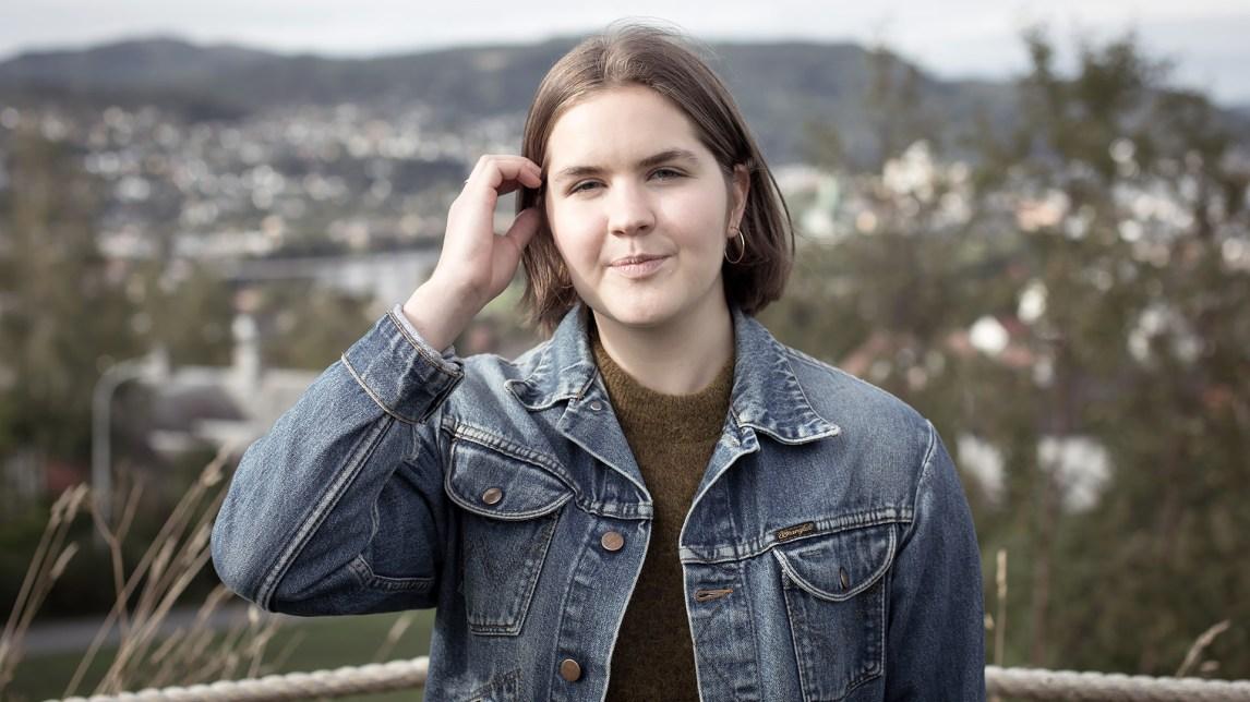 Christine Beate Husøy (17) bor i Trondheim og synes det er deilig med fri fra bylivet, informasjon og sosiale medier når hun er på setra. (Foto: Lars H. Andersen, NRK)