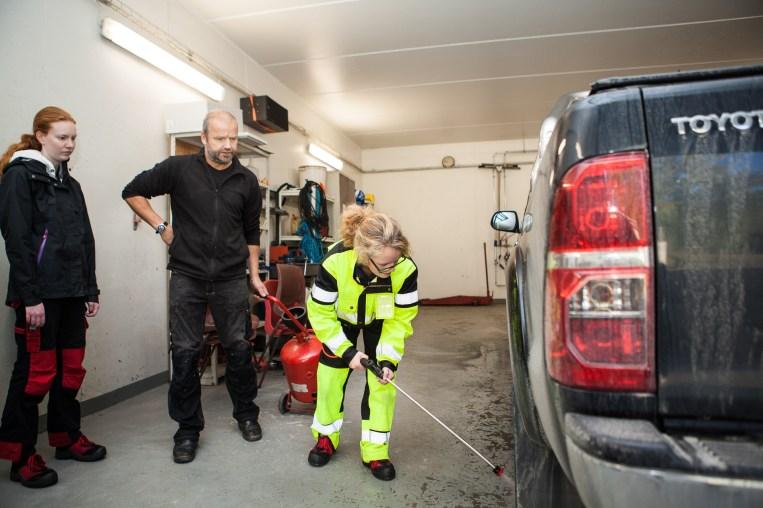 Silje Fridjofsen (19) får hjelp av lærer Morten Uglemsmo. (Foto: Lars Haugdal Andersen/NRK)