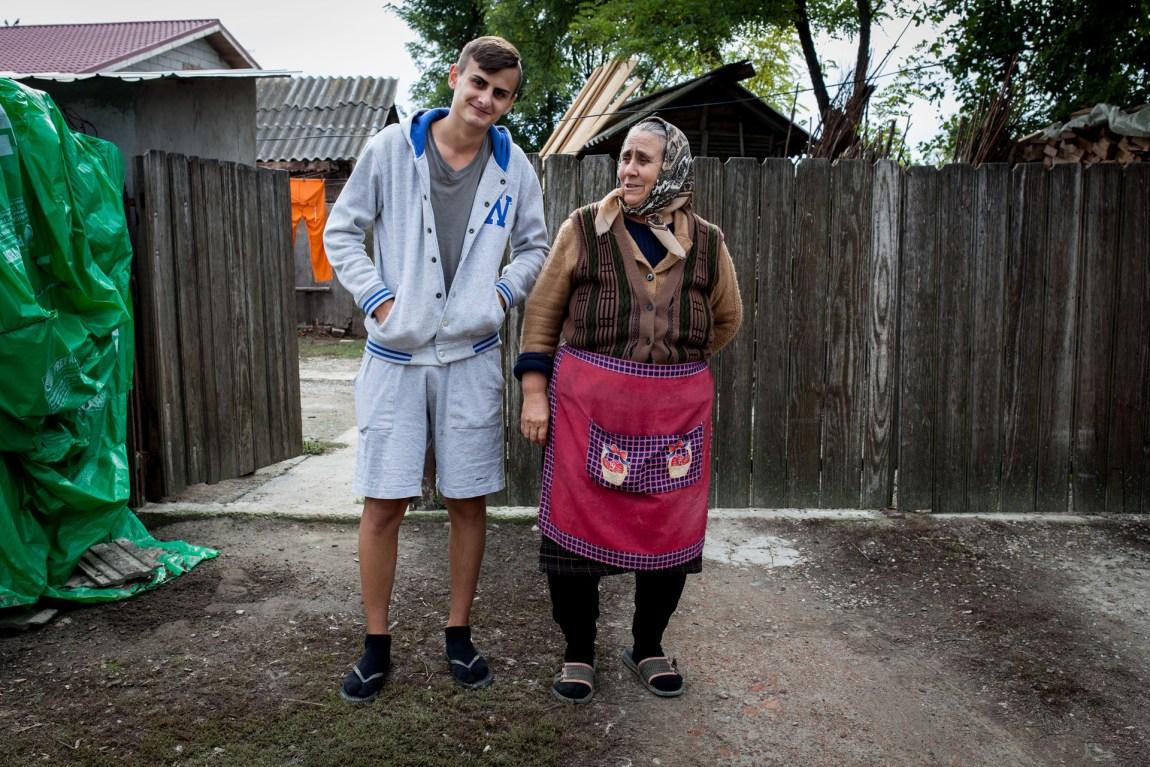 Gjennomsnittlig streetfashion i landsbyen Pietrosu i Romania. (Foto: Matias Nordahl Carlsen)