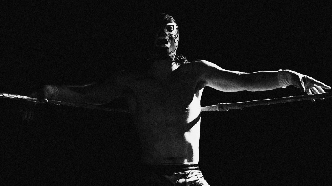 «Argon» (20) elsker å provosere og bli fyrt opp av hatet fra publikum under wrestlingmatchene. (Foto: Kim Erlandsen, NRK)