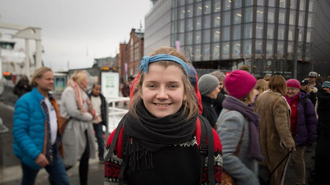 Amanda Iversen Orlich (21) skal bare innom Natur og Ungdom-kontoret og hente walkie-talkier før skal hun ta bussen til Førde for å aksjonere med sine venner. (Foto: Anne Dorte Lunås, NRK)