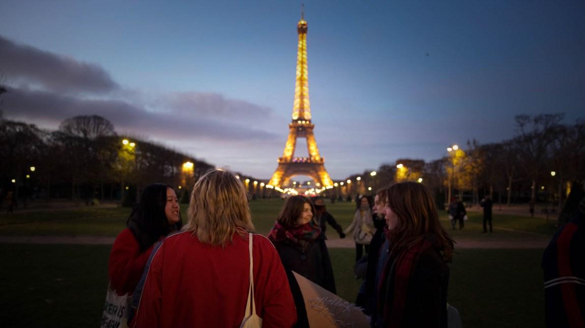 80 representanter fra Natur og Ungdom reiste til klimatoppmøtet i Paris. Amanda var ikke en av dem. (Foto: Anne Dorte Lunås, NRK)