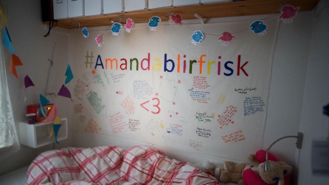 En stor hilsen fra gjengen på Natur og Ungdom-kontoret henger ovenfor sengen til Amanda. (Foto: Anne Dorte Lunås, NRK)