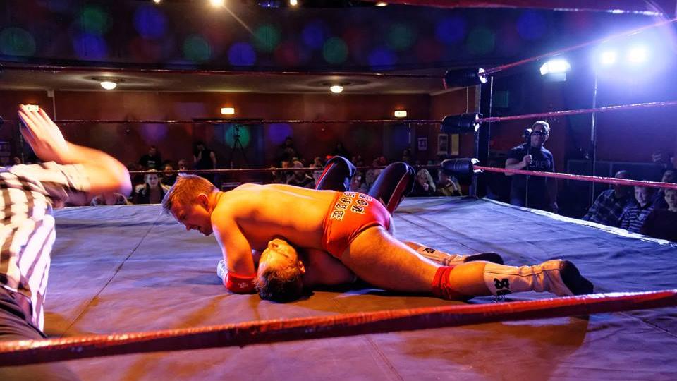 Wrestling er definitivt ikke for pyser. (Foto: Norges Wrestlingforbund)