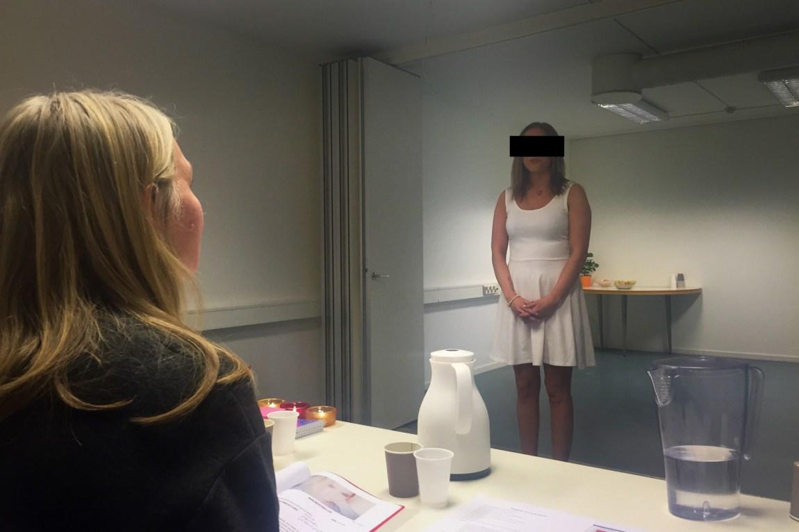 Nina må stå skolerett foran dommerpanelet under andregangsintervjuet. (Foto: Webjørn S. Espeland, NRK)