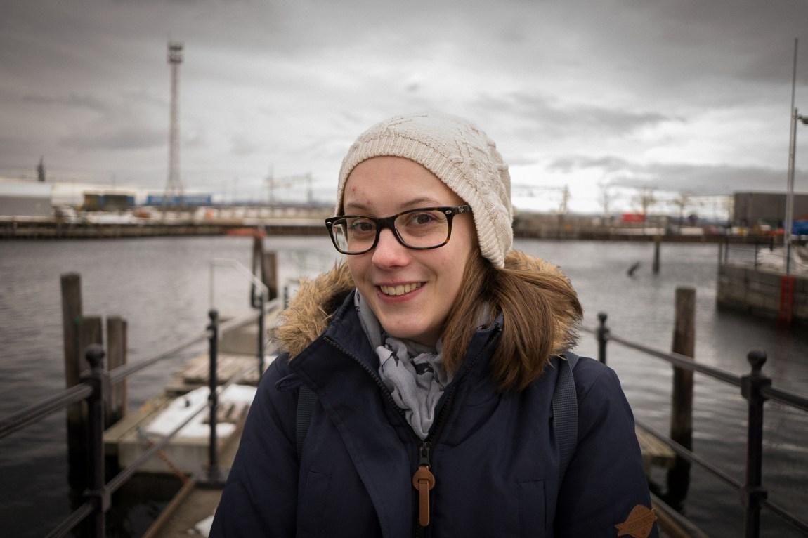 – Folk med aspergers kan lære seg å vere sosiale, men det må ofte jobbast litt meir med ting som andre tek intuitivt, fortel Anna Cicilie Saur (26). Ho har Aspergers syndrom. (Foto: Lars Erik H. Andreassen, NRK)
