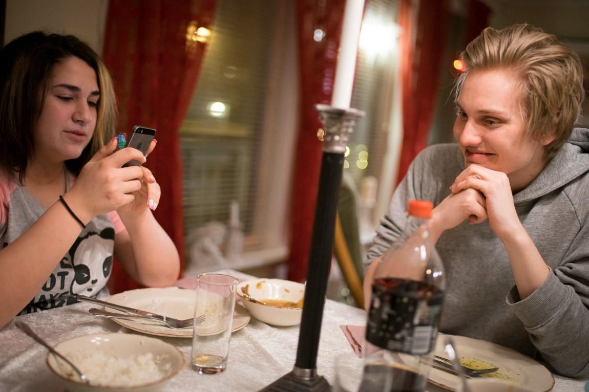Kjæreste Vegard tapte slaget om mobilen. (Foto: Lars Erik H. Andreassen, NRK)