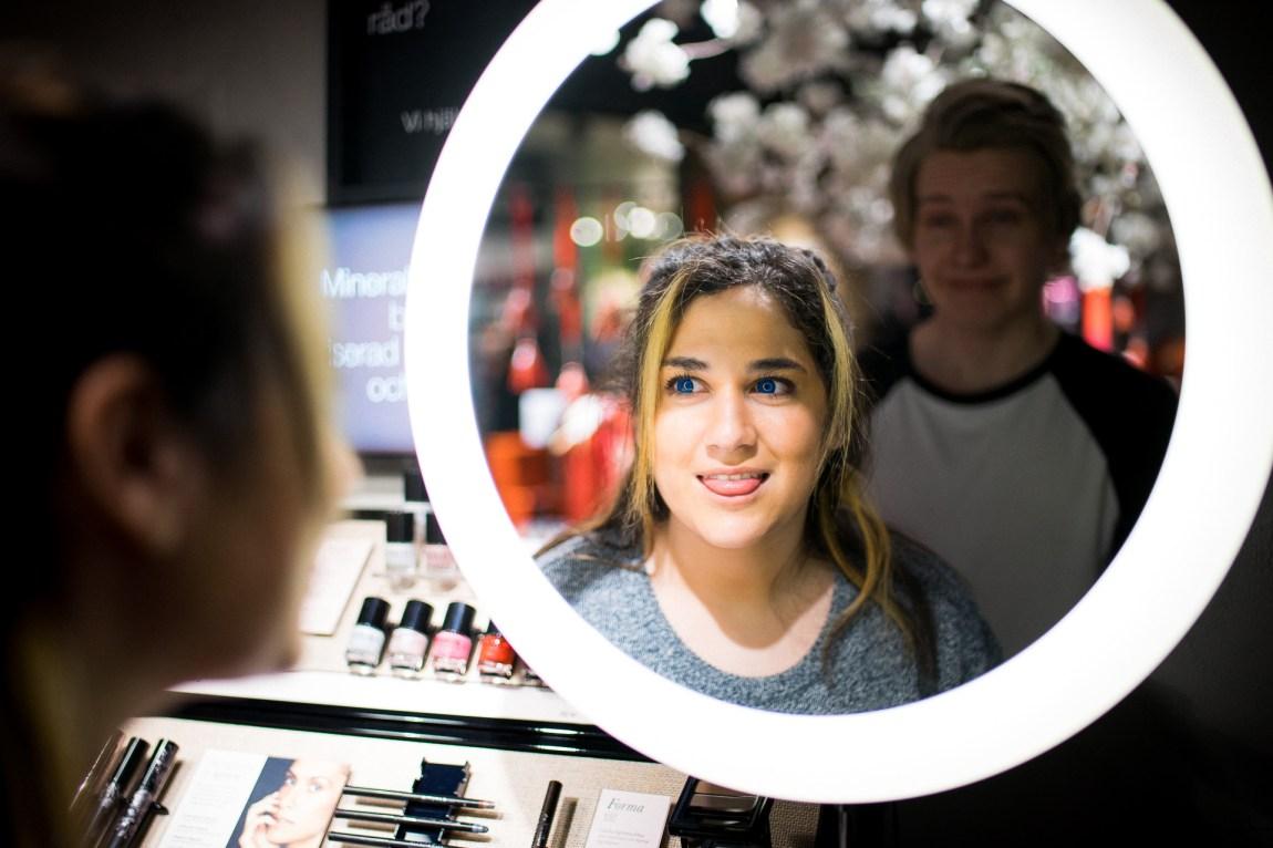Shirin Jafar (17) lurer på om ho har ein eller annan form for autismediagnose. Her er ho saman med sin kjæreste Vegard Aksnes (19) på shoppingtur i Sverige. (Foto: Lars Erik H. Andreassen, NRK)