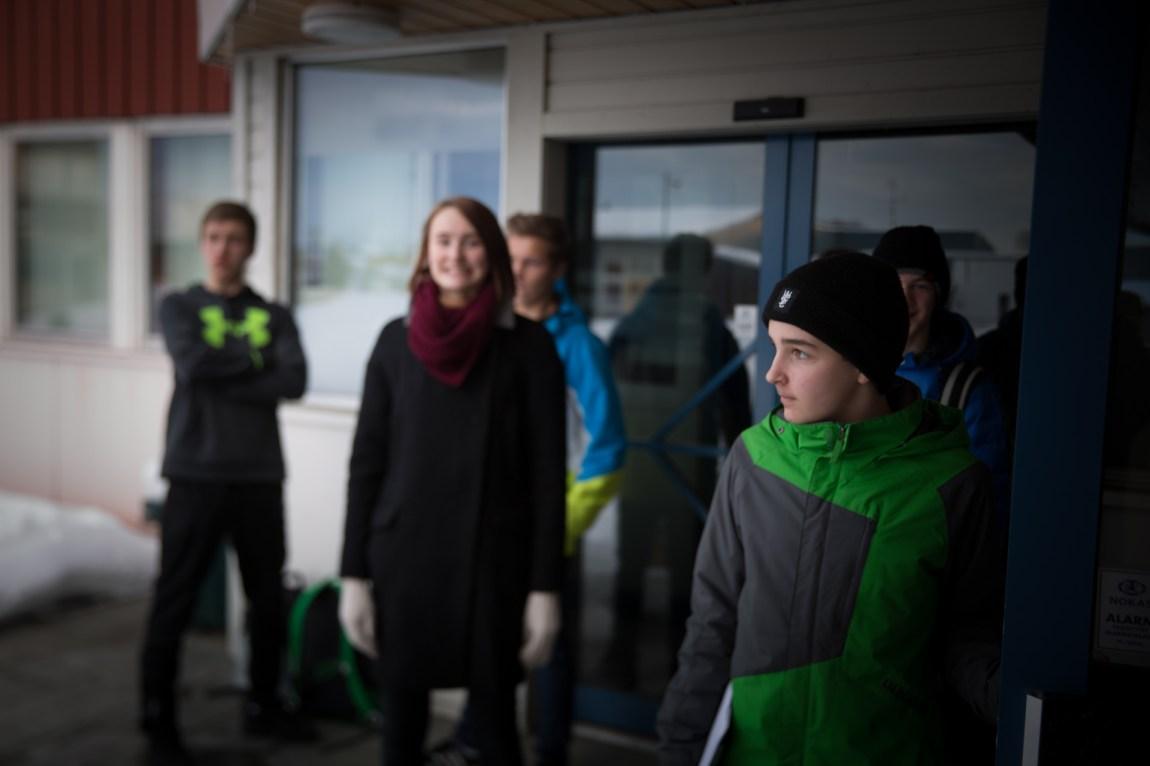 Ungdommene som utgjør Selbu ungdomsråd er nettopp ferdige med et møte på rådhuset i Selbu sentrum. (Foto: Anne Dorte Lunås, NRK)