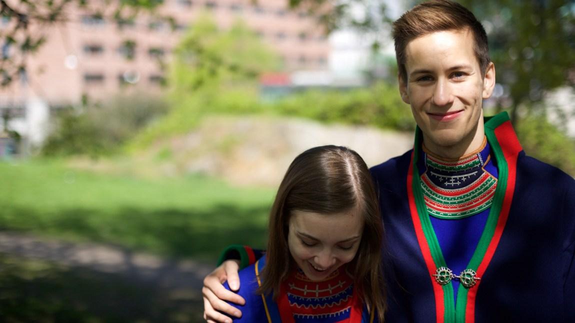 Ole-Henrik Lifjell (21) har også vokst opp utenfor reindrifta og uten å lære samisk hjemme. Det var en lettelse da han begynte som fjernundervisningselev på sameskolen. Her ble det samiske noe han var stolt av. Da nyheten om nedleggelsen kom klatret han opp på barrikadene sammen med Fransisca. (Foto: Andreas Leonardsen)