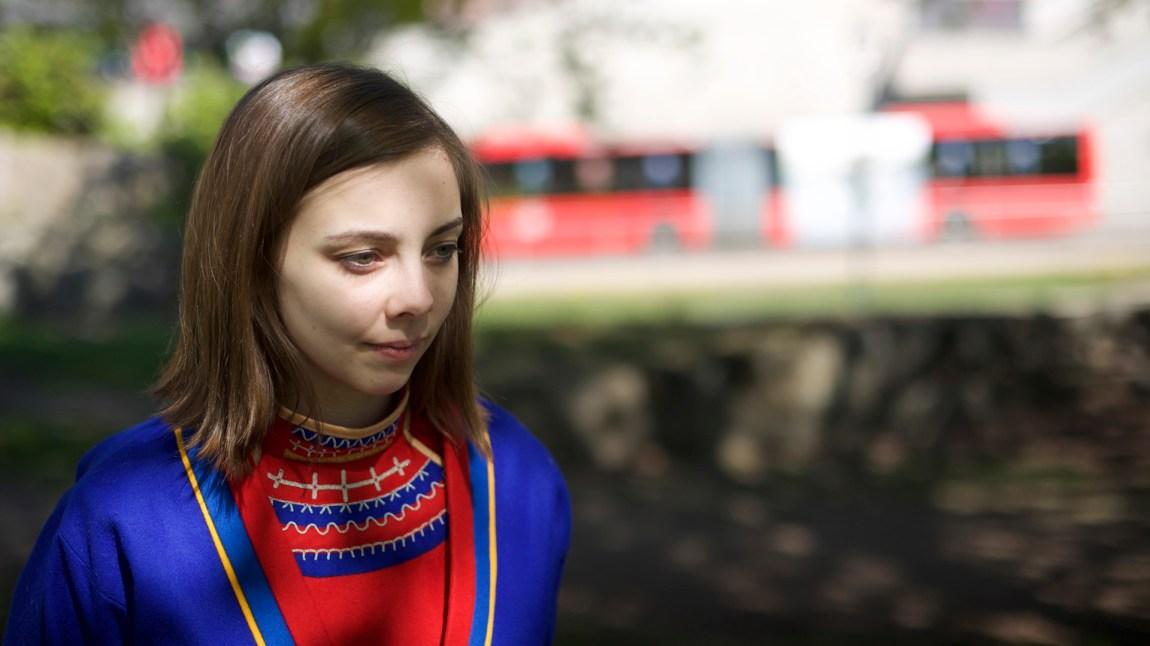 Fransisca Kappfjell Herbst (23) kjemper for sin sørsamiske identitet, og for at den sørsamiske skolen i Hattfjelldal ikke skal legges ned. Mens det er over 25 000 som snakker nordsamisk er det nemlig bare noen få hundre som kan sørsamisk. (Foto: Andreas Leonardsen)