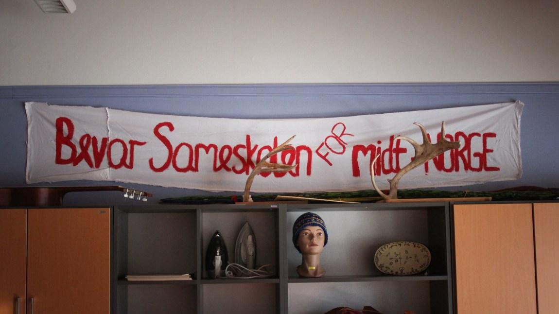 Siden etableringen har sameskolen gått fra å være et sted hvor samiske barn skulle lære seg å bli nordmenn, til å bli et sted hvor fornorskede barn skal bli samer. (Frid K. Hansen)