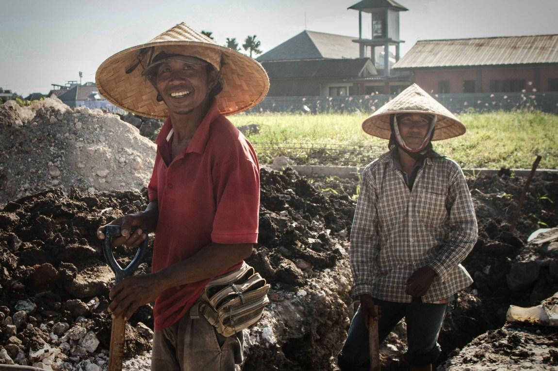 Smilende balinesere ved veikanten. De jobber med store hatter for å beskytte seg mot den sterke solen. (Foto: Andrea A. Thiis-Evensen)