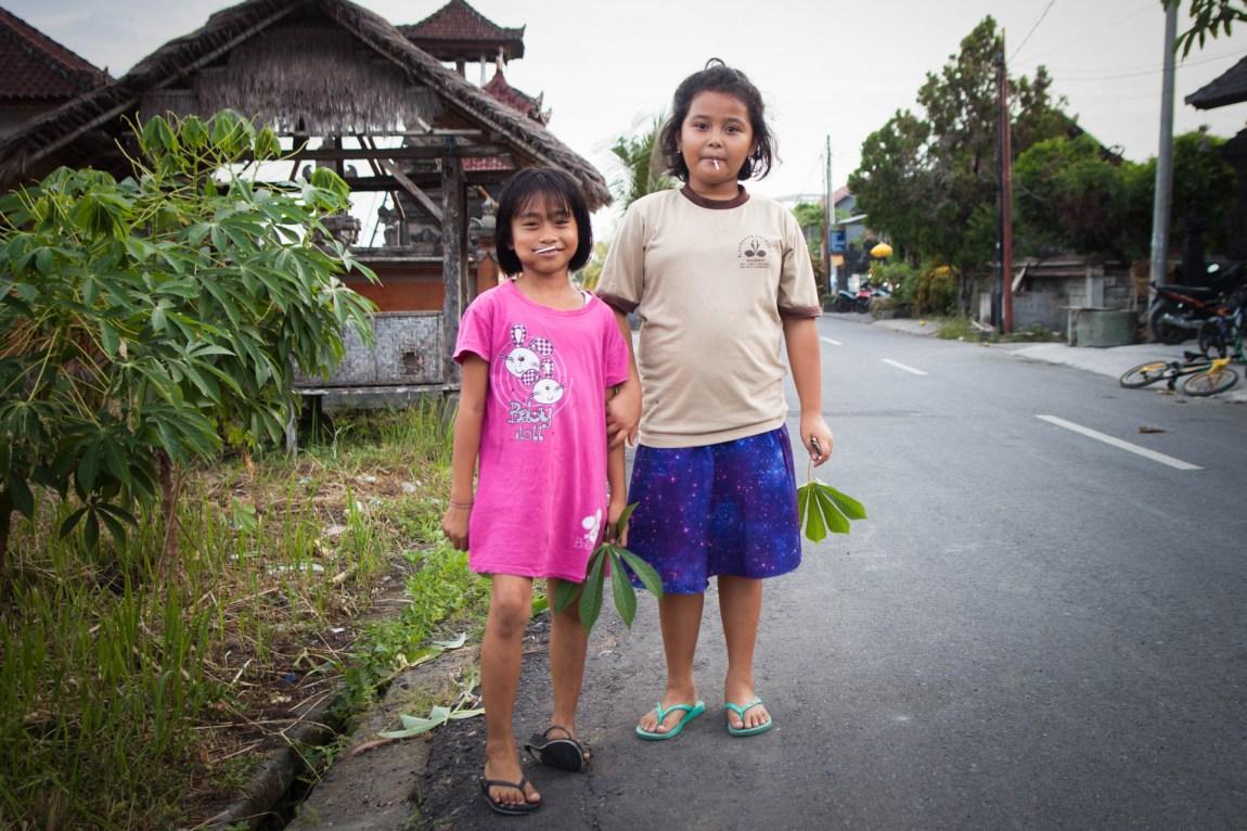 To små jenter i nabolaget i Canggu på Bali. (Foto. Andrea A. Thiis-Evensen)