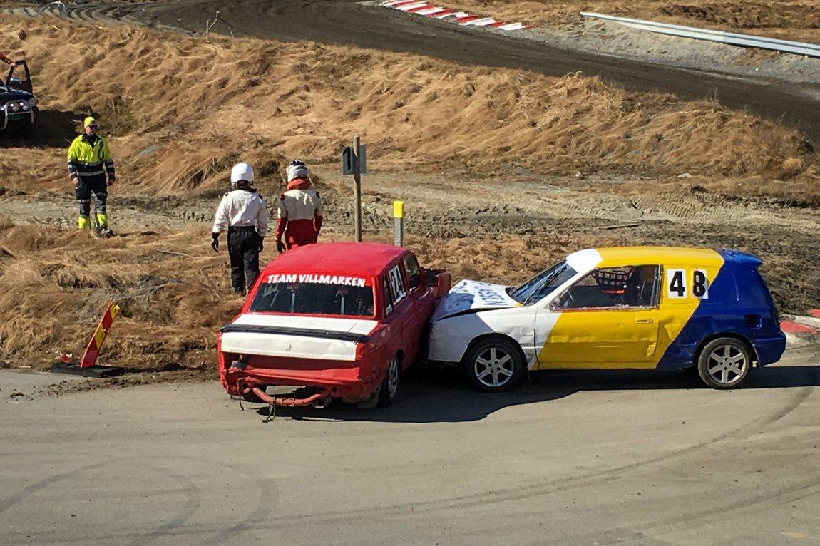 Bilcross er på ingen måte ufarlig: Det kræsjes stadig, og av og til kan det være viktig å komme seg fort ut av bilen.