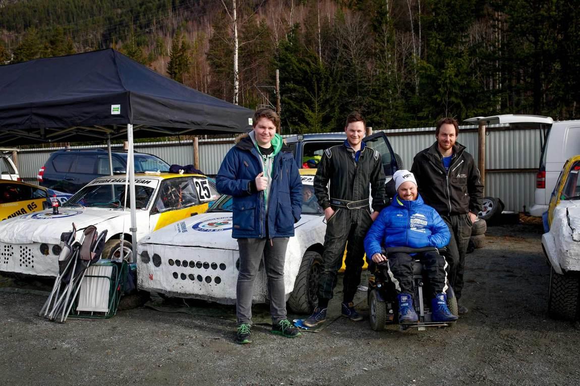 «Mats racingteam» - Henning, Ruben og Steffen - er mer enn gjerne med når broren skal kjøre cross. De er tross alt bilgale, de også.