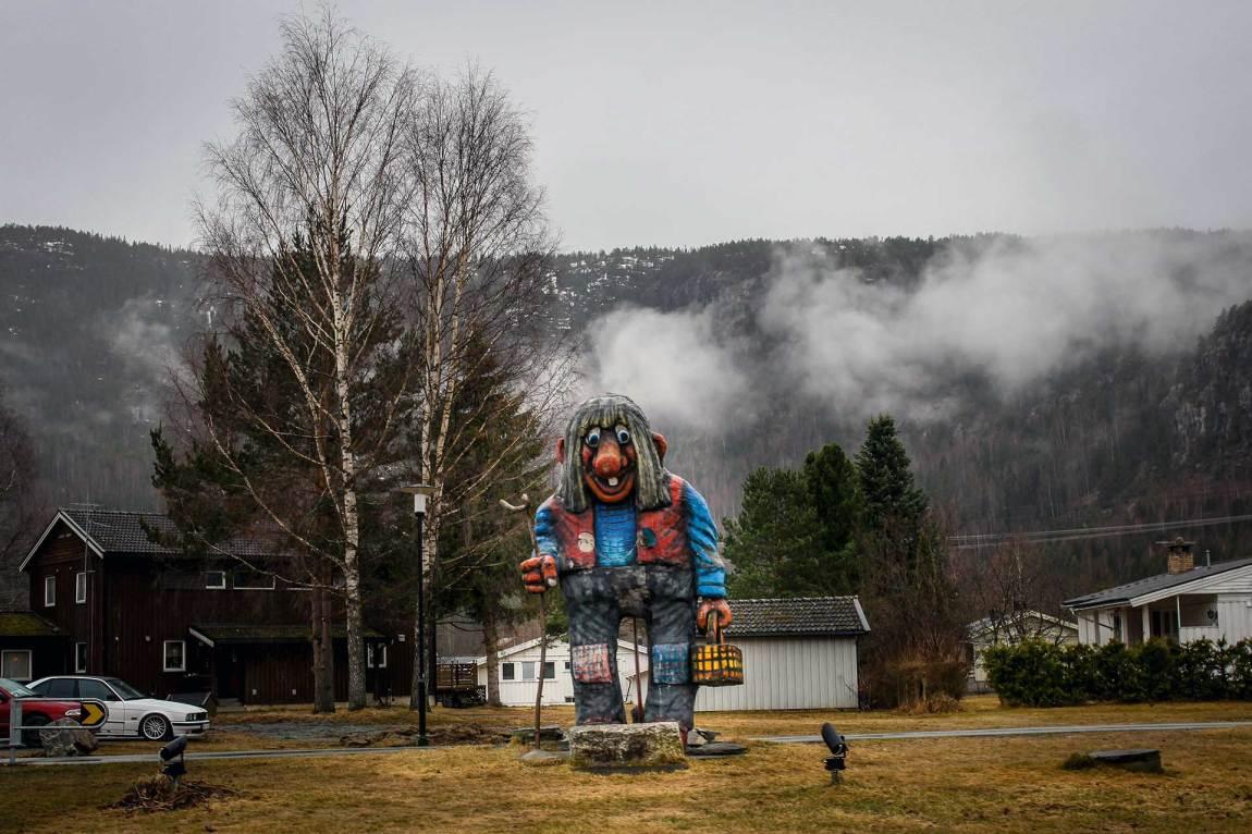 Olav Thon-statuen ruver i Flå sentrum. Neida, det er et troll - den eneste statuen i Flå som ikke er av bjørner.