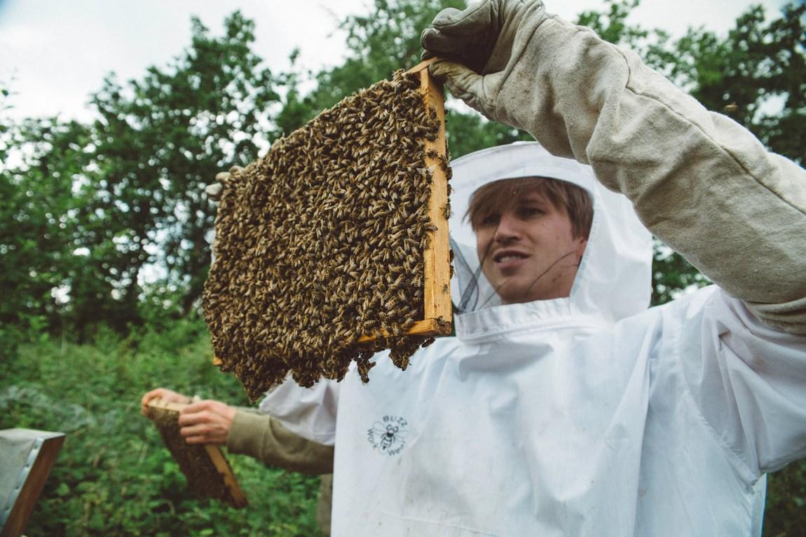 Sigbjørn Holte (24) besøker eit økosamfunn. Han kan ikkje tenkje seg å fjerne seg heilt frå samfunnet for å leve fullstendig berekraftig. Foto: Jørgen Nordby