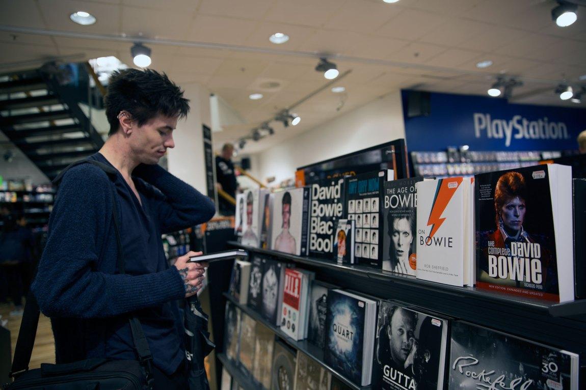 David Bowie er en av favorittartistene til Bassel, og han har mange bøker i hylla hjemme. Kanskje han skal kjøpe enda en? Foto: Line Orfjell, NRK P3