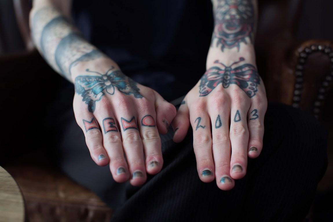 Bassel har totalt 15 tatoveringer. Blekket på fingrene symboliserer et av de vanskeligste årene i livet hans. Foto: Line Orfjell, NRK P3