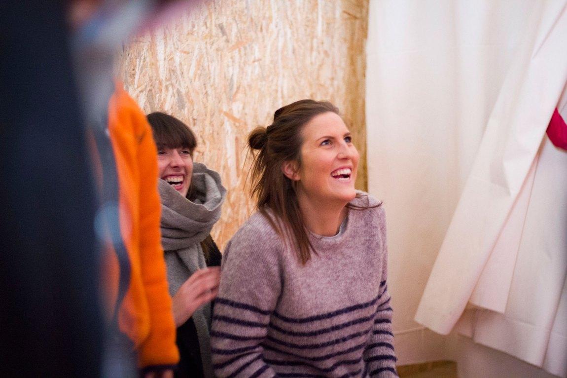 Til dagleg blir det lite tid til leik med borna for norske Marie og britiske Nathalie, som begge arbeider som feltkoordinatorar for Dråpen i Havet i Nea Kavala. Julefeiringa Dråpen i Havet har organisert for bebuarane i leiren, er også ein fin måte for dei frivillige å bli betre kjende med både store og små. Foto: Siri Bråtveit