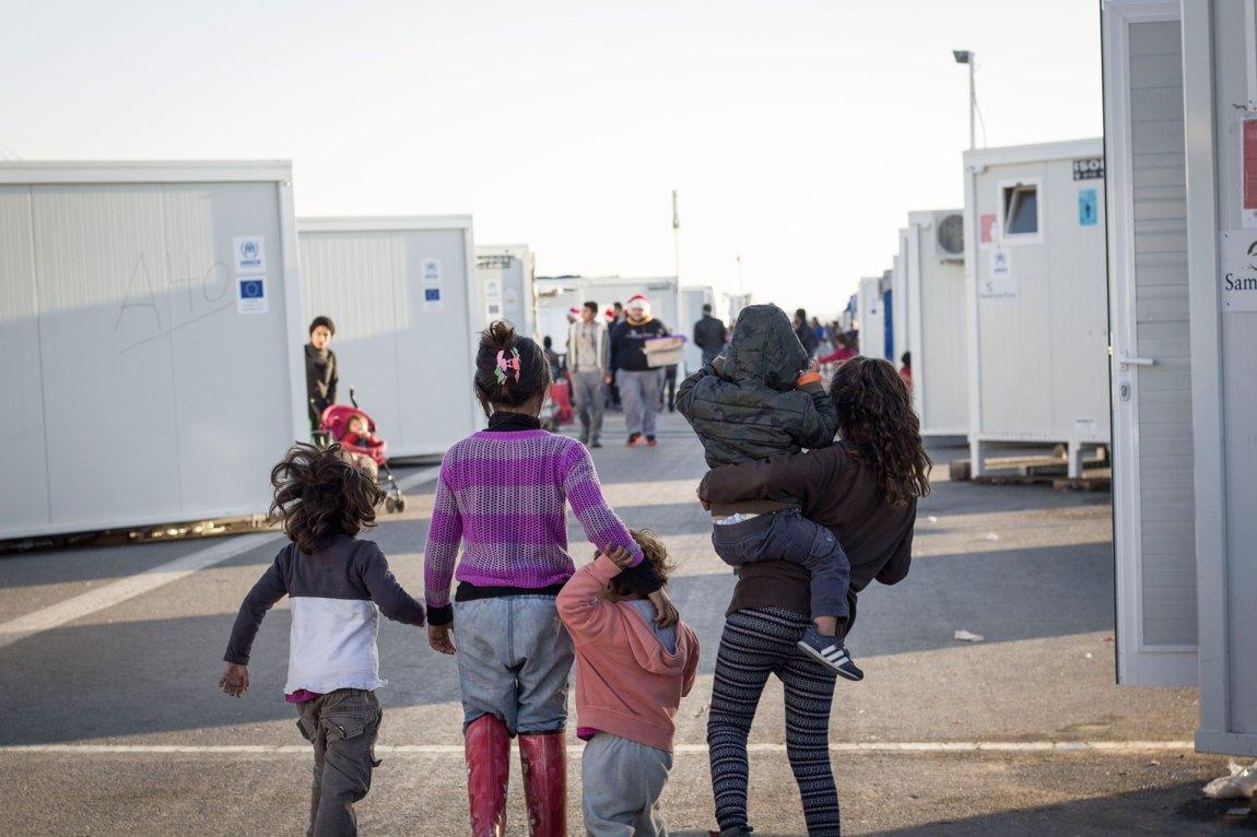 Dei eldre borna er flinke til å ta vare på dei mindre i flyktningleiren Nea Kavala. Foto: Siri Bråtveit