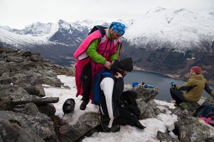 Det er viktig med en grundig kameratsjekk før hvert hopp. − Vi sjekker alltid hverandres utstyr før vi hopper. Det hjelper på sikkerheten og psyken, sier Anders. Foto: Martin Aas, NRK P3