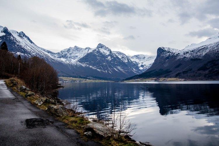 Romsdal er et populært område for basehopping. Hit kommer hoppere fra hele verden. Foto: Martin Aas, NRK P3