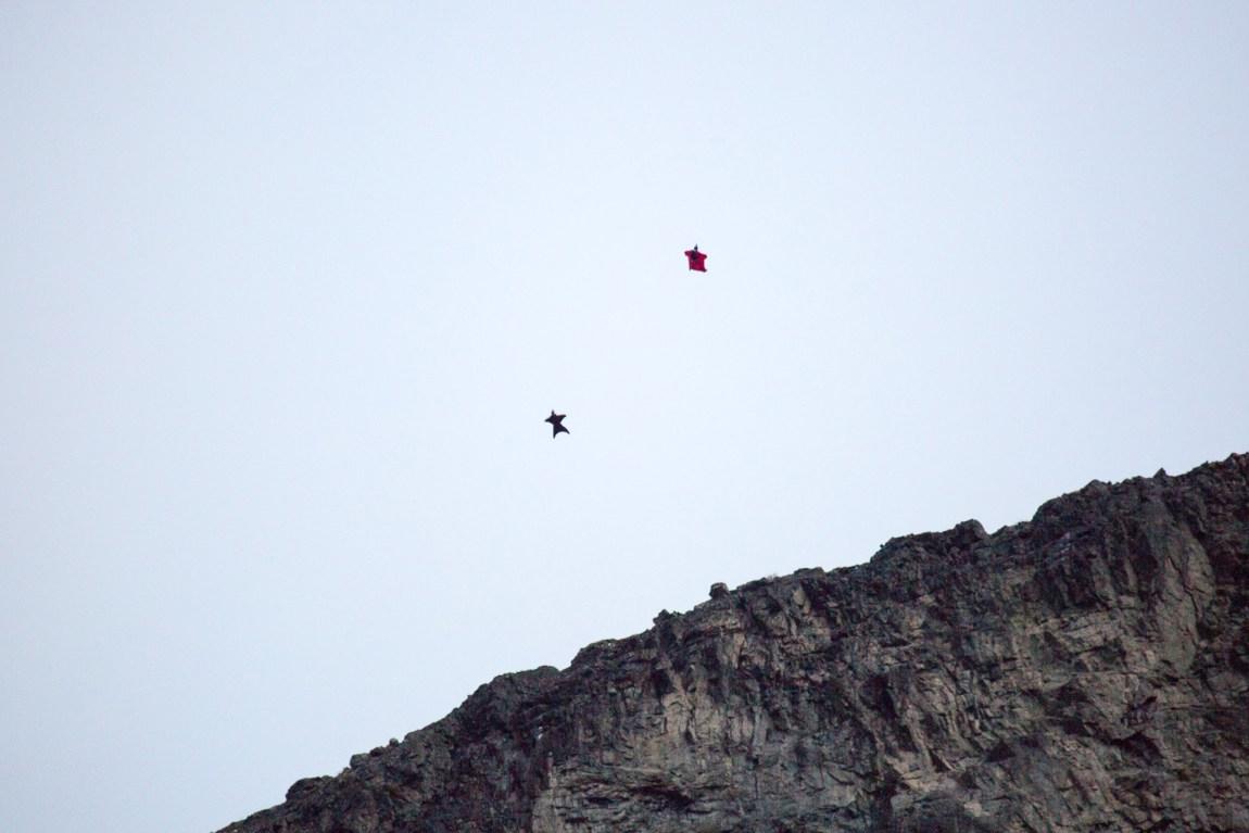 Vingedrakt, også kjent som «wingsuit», gjør at basehopperne kan fly lenger, og raskere, før fallskjermen må løses ut. Med en vingedrakt kan man fly opptil 300 kilometer i timen. Foto: Martin Aas, NRK P3