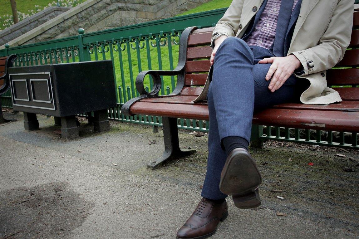 Niklas på en benk i Storbritannia. Det middelmådige utsnittet skyldes at han ønsker å være anonym. Foto: Webjørn S. Espeland, NRK P3