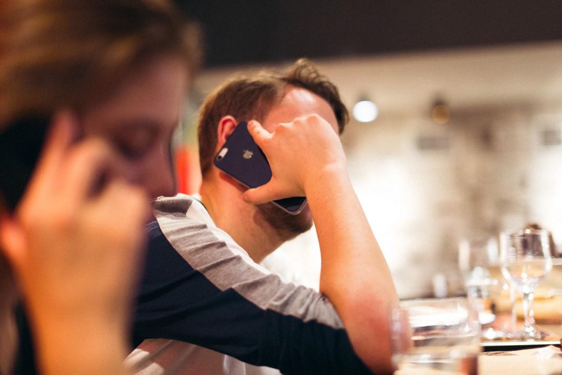 Jørgen må ta mange ubehagelige telefoner for å skaffe alle pengene som trengs. Foto: Trym Gulla Dyrnes, NRK P3
