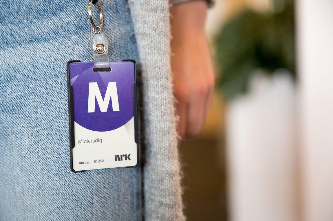 Alle vikarer i NRK får utdelt det berømte M-kortet. Mange av dem får aldri et ansattkort med bilde - altså fast ansettelse. Foto: Nora Brønseth, NRK P3