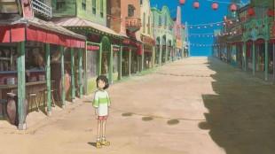 Chihiro i en mystisk og forlatt by i Chihiro og heksene (Foto: Arthaus).
