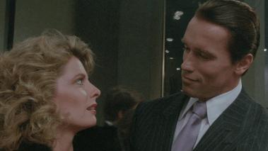 Kathryn Harrold og Arnold Schwarzenegger i Raw Deal. (Foto: Universal)