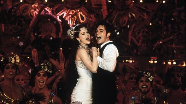 Sang og romantikk i Moulin Rouge. (Foto: SF Norge)