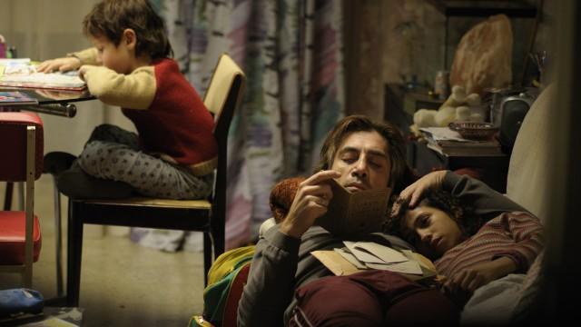 Uxbal (Javier Bardem) med sine barn i Biutiful. (Foto: Nordisk Film Distribusjon AS)