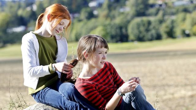 Aurora Bach Rodal og Maria Annette Tanderø Berglyd i Jørgen + Anne = sant. (Foto: SF Norge)
