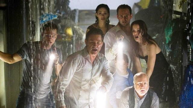 Kurt Russel, Josh Lucas, Emmy Rossum og Richard Dreyfuss er noen av de som dummer seg ut i Poseidon. (Foto: Warner Bros Pictures)